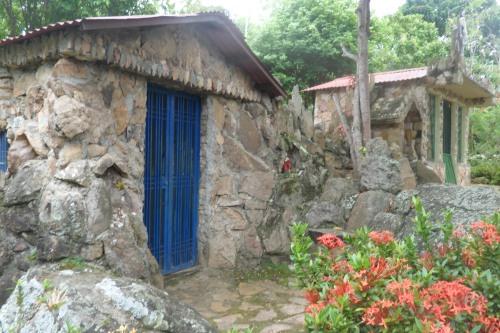 Cripta y capilla de piedras construidas en el Paraíso de Aleafar.